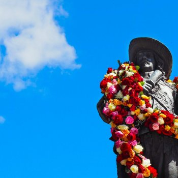 Statue of Per Brahe with flower necklace in Raahe